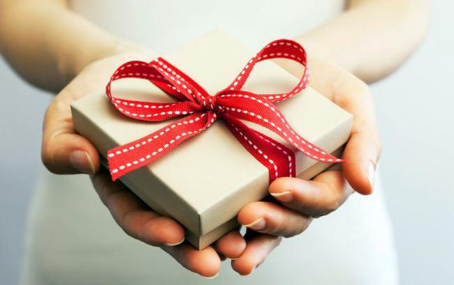 Помогите подобрать подарок женщине служба доставки цветов ростов на дону